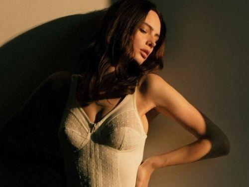 Foto di una modella con indosso uno dei modelli di body di Clara Intimo