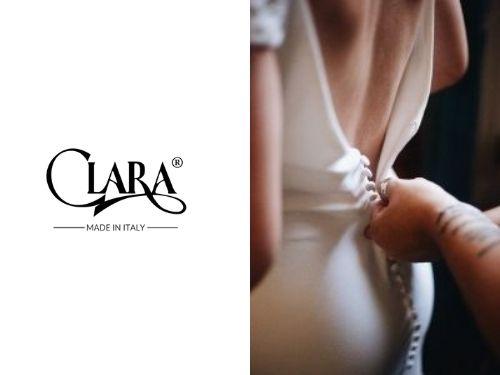 Sposa di spalle mentre si fa alzare la cerniera del vestito da sposa