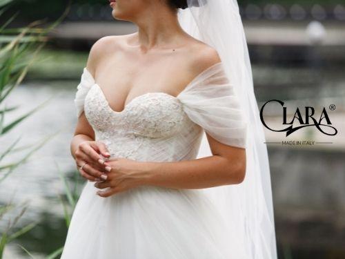 Donna indossa abito da sposa scollato